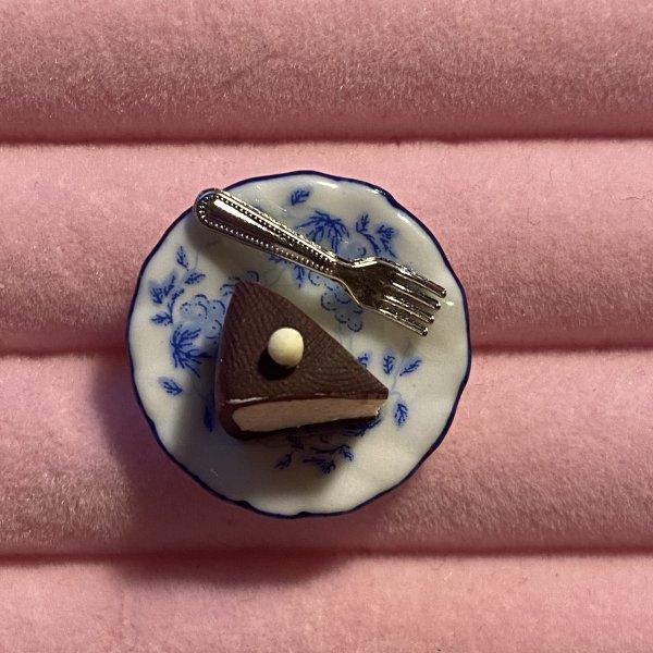 Broșă Felie tort - farfurie albastră